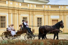 Reconstrucción histórica del castillo de Slavkov-Austerlitz Las damas y caballeros en trajes históricos de la época de Napoleon B imagenes de archivo