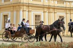 Reconstrucción histórica del castillo de Slavkov-Austerlitz Las damas y caballeros en trajes históricos de la época de Napoleon B fotos de archivo