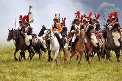 Reconstrucción histórica en Rusia, ataque de la batalla de Borodino de los coraceros imagenes de archivo