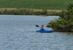 Reconstrucción Kayaking en el lago Imagen de archivo libre de regalías