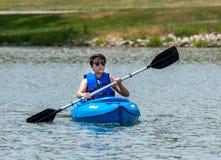 Reconstrucción Kayaking en el lago Fotografía de archivo libre de regalías