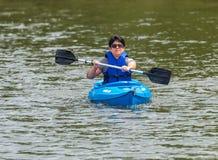 Reconstrucción Kayaking en el lago Fotos de archivo