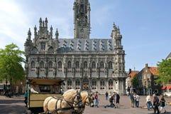 Reconstrucción y caballos para el ayuntamiento antiguo Middelburg Foto de archivo