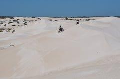 Reconstrucción de la moto en Lancelin Sand Dunes: Australia occidental Imagen de archivo