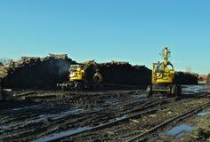 Reconstruction d'un chemin de fer avec des machines travaillant sur un jour d'hiver ensoleillé photo libre de droits
