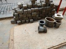Reconstruction de rue pavée en cailloutis au centre de la ville Image libre de droits