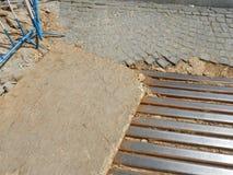 Reconstruction de rue pavée en cailloutis au centre de la ville Images stock
