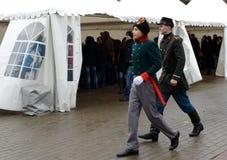 Reconstructors nella vecchia uniforme russa della polizia dei periodi zarista immagini stock
