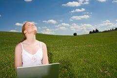 Reconstruya con la computadora portátil al aire libre Fotos de archivo