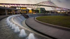 Recopilación Christi Harbor Bridge y jardines del agua en la noche Imagen de archivo