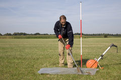 Recopilación de las muestras del suelo y del agua subterránea. Fotografía de archivo libre de regalías