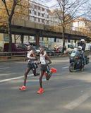 Record mondial courant de Dennis Kimetto (avec Geoffrey Mutai) chez Berlin Marathon 2014 Photographie stock libre de droits