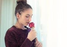 Recordando a jovem mulher do conceito do amor apenas fotografia de stock