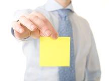 Recordatorio del amarillo de la demostración del hombre de negocios fotos de archivo
