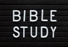Recordatorio del estudio de la biblia en un tablero de mensajes fotos de archivo