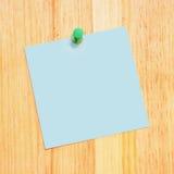 Recordatorio en blanco en el escritorio de madera Imagen de archivo