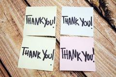 Recordatorio manuscrito de la gratitud Mensaje positivo sobre valores Respuesta escrita del acuse de recibo Cuatro le agradecen n imagen de archivo libre de regalías
