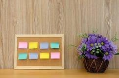 recordatorio pegajoso de las notas en tablero del corcho corkboard del boletín fotos de archivo libres de regalías