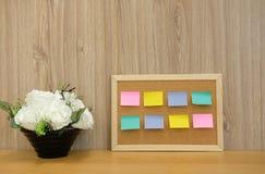 recordatorio pegajoso de las notas en tablero del corcho corkboard del boletín foto de archivo libre de regalías