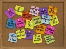 Recordatorios de motivación en tablón de anuncios Imagen de archivo libre de regalías