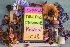 Recordatorios en objetivos del papel coloreado 2018 cosas a hacer Fotos de archivo libres de regalías