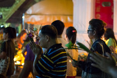 Recorra con las velas encendidas a disposición alrededor de un templo Foto de archivo