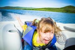 Recorrido de niños en el agua en el barco imagenes de archivo