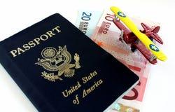 Recorrido a Europa: Pasaporte americano con euros Imagen de archivo libre de regalías