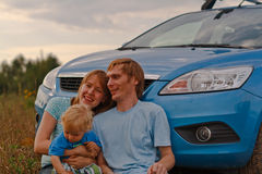 Recorrido joven de la familia en coche Fotos de archivo libres de regalías