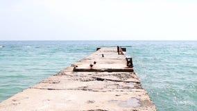 Recorrido y vacaciones El Mar Negro tiros de la onda azul hermosa del mar cerca del rompeolas almacen de metraje de vídeo