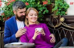 Recorrido y vacaciones Explore el caf? y los lugares p?blicos Terraza de abrazo del caf? de los pares Los pares en amor sientan l fotos de archivo