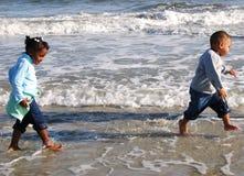 Recorriendo la playa Fotos de archivo libres de regalías