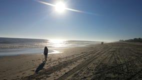 Recorriendo la playa Imagen de archivo libre de regalías