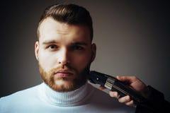 Recorte de la barba Peluquero barbudo de la visita de la cara del hombre Peinado brillante del peluquero Cree el estilo Corte con imágenes de archivo libres de regalías