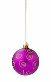 Recorte de la bola de la Navidad de la lila foto de archivo