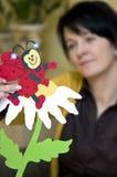 Recorte de papel del Ladybug en la flor imagenes de archivo