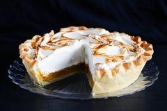 Recorte del pastel de calabaza, con crema del merengue, acción de gracias clásica Foto de archivo libre de regalías