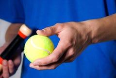 Recorte deportivo con la pelota de tenis fotos de archivo