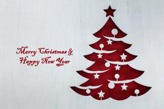 Recorte rojo del árbol de navidad del tablero de madera blanco fotos de archivo