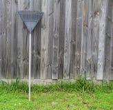 Recortes de la hierba del rastrillo del rastrillo, utensilios de jardinería Imágenes de archivo libres de regalías