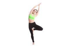 Recourbement dans la pose de yoga de vrikshasana Photo stock