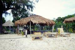 Recourez sur l'île de Koh Phayam avec les pavillons et la plate-forme-chaise Photos stock
