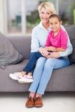 Recouvrement de grand-maman de petite-fille Images stock