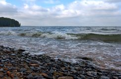 Recouvrement sur la vague de rivage Photo stock