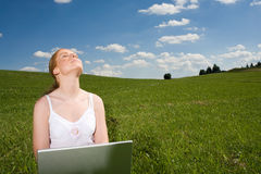 Recréez avec l'ordinateur portatif extérieur Photos stock