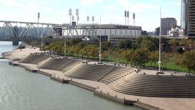 Recreação e área de relaxamento na cidade do Rio Ohio Riverwalk de Cincinnati vídeos de arquivo