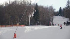 Recreação em declive do amador do slalom da arma da neve da inclinação do esqui filme