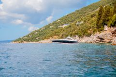Recreatie op de boot dichtbij de kust van een mooie berg Paar die op het overzees dichtbij het eiland reizen Overzeese reis royalty-vrije stock foto's