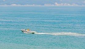 Recreatie parasailing boot, schip op de Zwarte Zee varen, blauw water, zonnige dag en duidelijke hemel die Royalty-vrije Stock Afbeeldingen