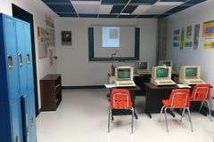 Recreatie van de computerlaboratorium van de de jaren '80school stock fotografie